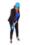 Mujer afroamericana que sostiene un martillo de la demolición - peop negro Foto de archivo libre de regalías