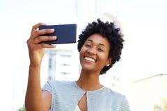 Mujer afroamericana que toma un selfie Fotografía de archivo
