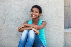 Mujer afroamericana relajante con el pelo corto Imagenes de archivo