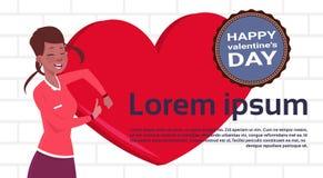 Mujer afroamericana sobre fondo de la plantilla de la forma del corazón con Valentine Day Label feliz stock de ilustración
