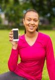 Mujer afroamericana sonriente con smartphone Fotos de archivo libres de regalías