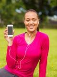 Mujer afroamericana sonriente con smartphone Fotografía de archivo libre de regalías