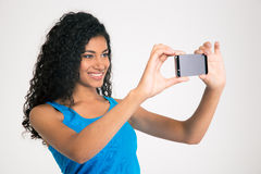 Mujer afroamericana sonriente que hace la foto del selfie Fotografía de archivo