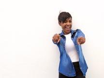 Mujer afroamericana sonriente que señala los fingeres Foto de archivo libre de regalías