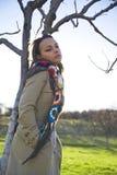 Mujer afuera en campo Foto de archivo libre de regalías