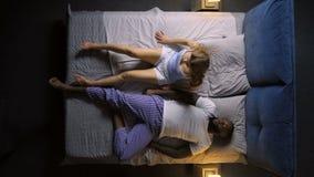 Mujer agitado durmiente que se despierta de pesadilla almacen de metraje de vídeo
