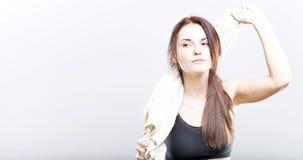 Mujer agotada después de limpiar de entrenamiento con la toalla Imagen de archivo libre de regalías