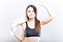 Mujer agotada después de limpiar de entrenamiento con la toalla Foto de archivo libre de regalías