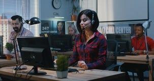 Mujer agotada que trabaja en un centro de ayuda