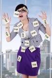 Mujer agotadora con recordatorios del impuesto Fotos de archivo libres de regalías