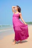 Mujer agraciada que recorre en la playa Imagen de archivo libre de regalías