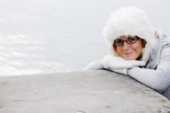 Mujer agradable con el casquillo de las lanas Fotografía de archivo libre de regalías