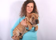 Mujer agradable con el perro del sharpei Foto de archivo