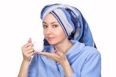Mujer agradable con una toalla en su cabeza Imagen de archivo libre de regalías