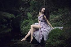 Mujer agradable en paisaje de la naturaleza Foto de archivo libre de regalías