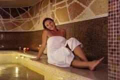 Mujer agradable feliz que está en la sauna Fotografía de archivo