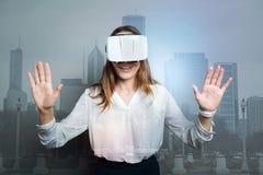 Mujer agradable feliz que lleva los vidrios 3d Imagenes de archivo