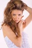 Mujer agradable hermosa con el pelo largo de los rizos Foto de archivo libre de regalías