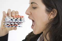 Mujer agradable que come píldoras Imagen de archivo
