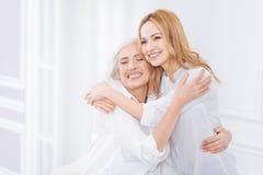 Mujer agradable y su abarcamiento de la madre Imagen de archivo libre de regalías