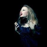 Mujer agresiva del vampiro que grita Imagen de archivo