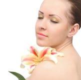 Mujer aislada con la flor del lirio Foto de archivo libre de regalías