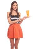 Mujer aislada en el fondo blanco que sostiene una taza de papel Imágenes de archivo libres de regalías