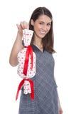 Mujer aislada que lleva a cabo un presente con los corazones rojos. Imagen de archivo libre de regalías