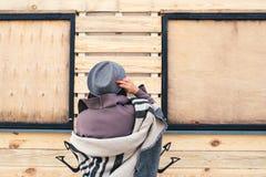 Mujer al aire libre del retrato de la belleza en otoño en la playa Fotografía de archivo libre de regalías