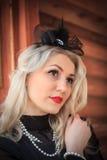 Mujer al aire libre del retrato de la moda, labios ascendentes del vintage, rojos cercanos Fotografía de archivo libre de regalías