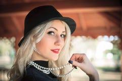 Mujer al aire libre del retrato de la moda, labios ascendentes del vintage, rojos cercanos Fotos de archivo