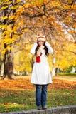 Mujer al aire libre en otoño Imagenes de archivo