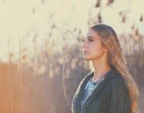 Mujer al aire libre en un día del otoño Fotos de archivo