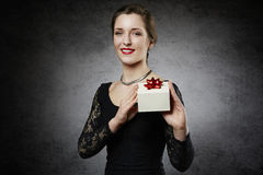 Mujer alegre atractiva con la caja de regalo Fotografía de archivo