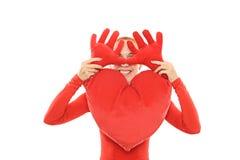 Mujer alegre con el corazón de la felpa Imagen de archivo