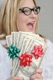 Mujer alegre con el dinero del día de fiesta Fotos de archivo