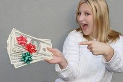 Mujer alegre con el dinero del día de fiesta Imágenes de archivo libres de regalías