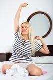 Mujer alegre con el pelo largo que se despierta Fotos de archivo