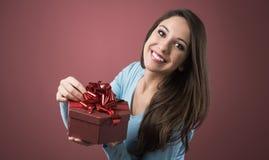 Mujer alegre con el rectángulo de regalo Imagen de archivo