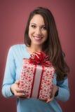 Mujer alegre con el rectángulo de regalo Foto de archivo