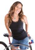 Mujer alegre con la bici de montaña Imagenes de archivo