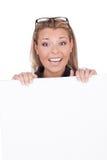 Mujer alegre con la tarjeta blanca Imagenes de archivo