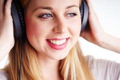 Mujer alegre con los headhones Fotos de archivo