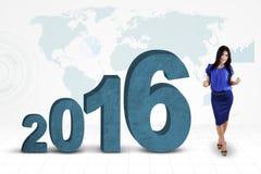 Mujer alegre con los números 2016 y el mapa Imagen de archivo libre de regalías