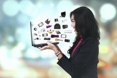 Mujer alegre con los productos del comercio electrónico Fotos de archivo