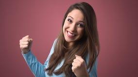Mujer alegre con los puños aumentados Foto de archivo