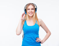 Mujer alegre con música que escucha de los auriculares Foto de archivo libre de regalías