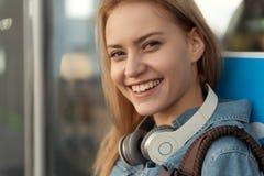 Mujer alegre con sonrisa hermosa Fotografía de archivo libre de regalías