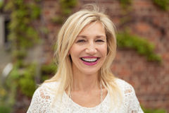 Mujer alegre con una sonrisa de emisión feliz Imágenes de archivo libres de regalías