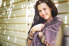 Mujer alegre del estilo del hippie con el retrato de los dreadlocks, verano soleado al aire libre, colores del vintage Fotografía de archivo libre de regalías